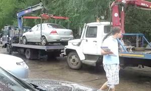 Эвакуатор уронил машину, автомобиль